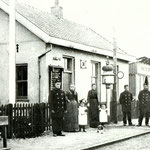 Wachtpost/halte 38, ca. 1905. Geheel links: Klaas van Westen, die met zijn gezin in het spoorhuisje woonde.  Naast Klaas staat zijn zuster, Engeltje Krom en daarnaast, tussen hun kinderen, de vrouw van Klaas, Neeltje.