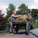 Schilleboer Jan Verweel haalt schillen op in de Van de Vijzellaan.