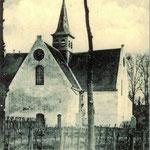 Foto van omstreeks 1900. De klok zit nog in de gevel. In 1907 werd de klok in de toren geplaatst.
