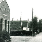 Café De Driesprong, aan de Bovenweg tegenover de Boeterslaan. Hendrik Gerritsen heeft het café vanaf de driesprong hierheen verplaats om dichter bij voetbalvereniging Vrone te zitten. Later kwam de Rabobank op deze plaats.