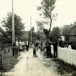 Benedenweg, Zuideinde, dertiger jaren. Het huis links was van bakker Groot.  De man met hoed bij de lantaarnpaal is Willem Twisk.