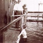 Voordat Sint Pancras zwembad De Bever had zwom men wel in het kanaal. Er werd zelfs les gegeven. Op de foto het instructiebad, net voorbij de Muldersbrug bij Broek, in de 30-er jaren.