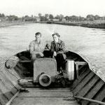 Maarten Nieuwland met z'n meisje op de Zomersloot. (50-er jaren) De boot is een zogenaamde rondkont, een duur type, waarvan er slechts zo'n vijf in het dorp waren.