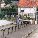 Arie Nieuwland, in het Noordeinde, legt een éénruiter (raam) op de broeibak.