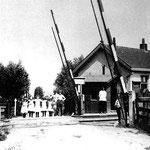 De spoorwegovergang met de halteplaats, omstreeks 1910.