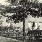 Voormalig postkantoor, hoek Bovenweg/Rozenlaan. Postkantoorhouder, Jan van Kampen, staat links voor het huis.