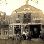 De smederij van Jan Modder, op het Kerkplein. Omstreeks 1920.