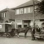De zaak van Piet Vroegop op het Kerkplein, in de Tweede Wereldoorlog. Hij was naast schoenmaker ook transporteur.