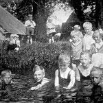 De boerderij op de foto staat er nog steeds; de boerderij van van Goesinne, nu aan de Gedempte Veert (vlakbij de Helling). Destijds zwom men gewoon in de sloot, waar ook de pleetjes in uit liepen.