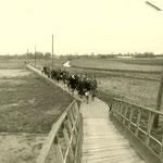 Op weg naar Orgelzaal Booy, bij de derde brug. Uitwisselingsweekeinde van de Geref.kerk met Castricum. Vermoedelijk ca. 1960.