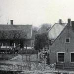 Foto gemaakt vanuit de pastorie. Het huis links was de smederij. Op de achtergrond zien we een boerderij van de Benedenweg.
