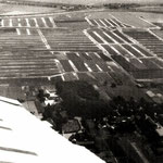Door Charles Destree genomen luchtfoto van het gebied waar nu de Twuyverhoek ligt, ca. 1965. Dit heette voor de ruilverkaveling de 'Plaatjes'. Links loopt de Twuyverweg in de richting van de molen, die aan het kanaal staat.