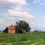 Het huisje en de molen stonden ongeveer daar, waar nu de Dijkstalweg loopt, vlak bij de bocht naar de Magnolialaan. Sinds 1926 stond deze Amerikaanse windmotor hier voor de onderbemaling van de Beverkoog. Voor die tijd stond hier een achtkante vijzelmolen