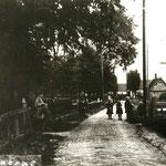 De Benedenweg ter hoogte van de Zandboschlaan, omstreeks 1930. De molen David op de achtergrond.