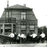 De bakkerij van Albert Gutter (in het midden) op het Kerkplein. Naast Albert staat zijn vrouw, Jannetje Molenaar, met Christina (geb.1920) op haar arm. Voor de bakkersvrouw staat Aldert Gutter en links voor de bakker staat Peter Gutter.