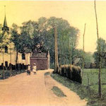 Gezicht op de Witte Kerk vanaf de Bovenweg, rond 1910. De klok zit al in de toren en het brandspuithuisje staat er nog. In het midden een van de eerste telegraafpalen.