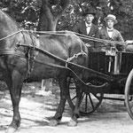 Op de wagen zitten v.l.n.r. W. Kloosterboer, Sjors Tromp en Jaap Wagenaar, ca. 1930.