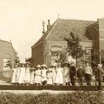 De Gereformeerde Kerk met de pastorie aan de Bovenweg. In 1972 kwam een grotere kerk op de plaats van deze kerk. De meisjes gingen gewoonlijk met dit soort jurkjes naar school.
