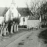 Vermoedelijk begin 20e eeuw, in ieder geval voor 1907 want de klok zit nog in de gevel. Het brandspuithuisje is verwijderd in 1912, omdat dokter Melchior met zijn paardenkoets de draai niet kon maken naar de Bovenweg.
