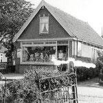 Knosse, Noordeinde. Een van de vele winkeltjes die er vroeger aan huis waren. Jaren 30.