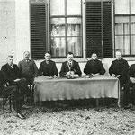 Burgemeester Jacob Kronenburg en gemeenteraad van Sint Pancras, voor het gemeentehuis, ca. 1915.