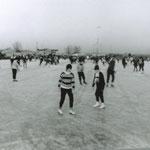 In 1908 werd de ijsclub opgericht. Men schaatste op sloten en vaarten: Zomersloot, Veert etc. De eerste ijsbaan op ondergelopen land lag aan de Achterweg, van 1946 tot 1962. Toen ging de ijsbaan naar de Vinkenlaan (deze foto). In 1980 naar de huidige plek