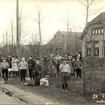 Rechts het huis van veldwachter Barten aan de Bovenweg, dit huis is begin deze eeuw afgebroken. Foto 1917.