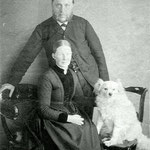 Burgemeester L. van de Vijzel met zijn vrouw en zijn hond.  L. van de Vijzel was van 1891 tot 1903 burgemeester van Sint Pancras.