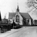 De vijftiger jaren. In 1949 werd de kerk gerestaureerd en kreeg grote ramen in de noord- en zuidbeuk. Ook werd de witte pleisterlaag verwijderd.