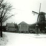 De molen David, van Jaap Timmerman, aan de Bovenweg. (In 1945 afgebroken.) Het huis met de twee schoorstenen is van Timmerman. Op de plaats van de molen staat nu de Molenhoeve. Op de voorgrond een transformatorhuisje van de PEN.