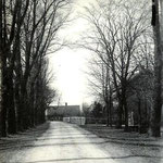 De Twuyverweg omstreeks 1900, kijkend naar het westen. Rechts het hek van de pastorie.