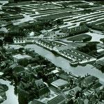In het midden de beroemde vaarveiling voor groenten in Broek op Langedijk. Deze veiling uit 1887 was in ons land de eerste veiling per afslag en is de oudste doorvaargroenteveiling ter wereld.