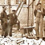 1949, arbeiders verwijderen de witte pleisterlaag, vlnr: Jaap Kooi, Arie Geluk en Siem Zeegers.