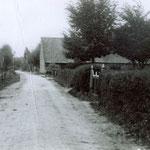 De Benedenweg, jaren 20. Op de plek van de langwerpige boerderij woont nu tandarts Bakker.