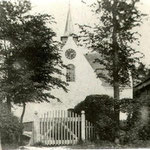Omstreeks 1900, de kerk vanuit het westen. Het poortje geeft toegang tot de begraafplaats.