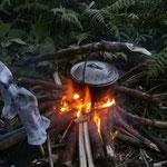 Feuer für Reis und Socken trocknen