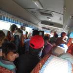 Auf dem Weg nach Mondulkiri. Bus etwa dreifach überladen