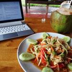 Papaya Salad und Kokossaft zum Lunch