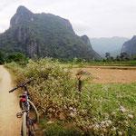 Velotour auf holprigen Wegen entlang der Karsten Berge
