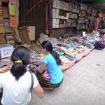 Uralte Second hand Bücher an vielen Strassenecken