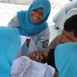 Schulklassen beim Batik-Kurs
