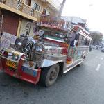 Skurile Jeepneys auf den Strassen