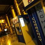 Bankomat und Wechselstube beim Eingang der Shwedagon Pagode - damit jeder Touri sich den Eintritt von 10 USD leisten kann