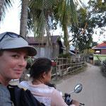 Zurück zum Bungalow - statt Boot auf Scooter mit Kind und Kegel