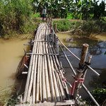 Wacklige Bambusbrücke als Mutprobe