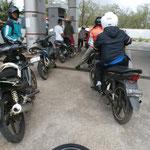 An der Tanke mit Dutzenden anderen Mopedfahrern
