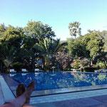 Entspannen am Pool während des heissen Nachmittags