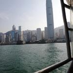 Blick von der Star Ferry auf das IFC (wo Carina und Sven arbeiten)