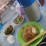 1 USD Lunch auf der Gasse - Tee gibts immer gratis dazu