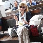 Warten auf den Bus nach Yogya(karta) mit kleinem Snack